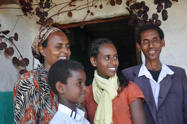 Theophanis und Wadifne, beide blind, haben zwei erwachsene Töchter. 2009 haben sie Galane zu sich genommen, nachdem deren Vater verstarb und die Mutter das Kind verließ. Begegnungen solcher Art beeindrucken uns immer wieder.