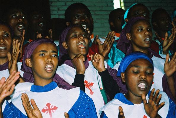 Unsere Partnergemeinde wächst ebenfalls ständig. Die Gemeinde hat mittlerweile fünf große Chöre, die die Gottesdienste mitgestalten.