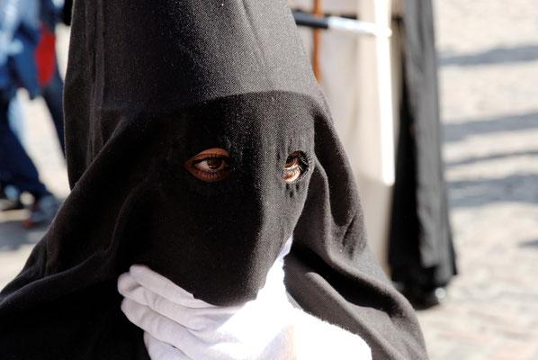 2012: Teilnehmerin an einer Prozession zur Semana Santa in Andalusien (Heilige Woche vor Ostern), wo die Teilnehmer meistenteils unter Spitzhauben maskiert sind