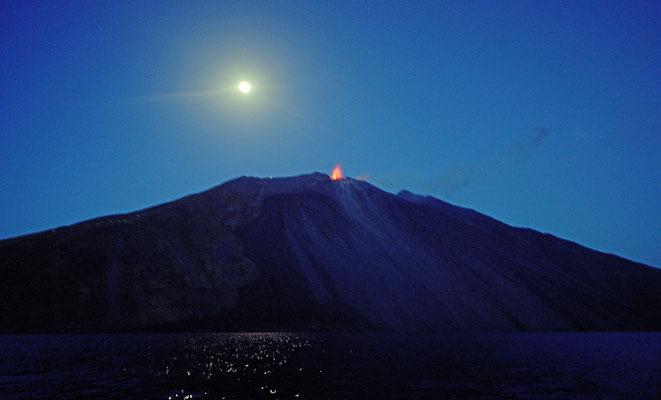 2019: Fahrt mit Boot vorbei am Vulkan Stromboli; Vollmond und Ausbruch