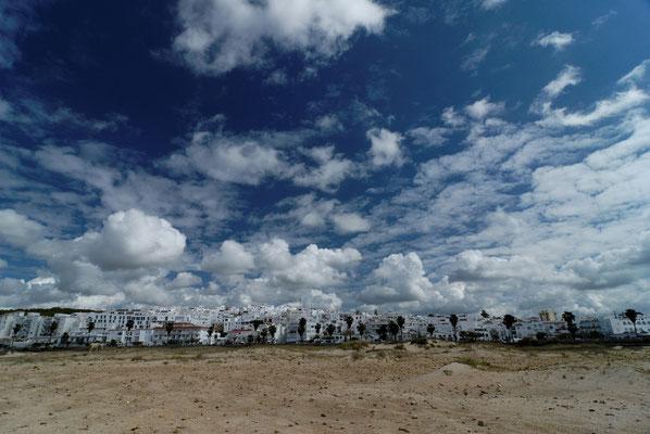 2012: Die weißen Dörfer vor weißblaubem Himmel in Andalusien. Hier das Örtchen Conil.