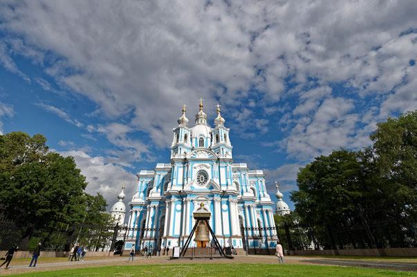 2017: Weißblau vor Blauweiß. Die Smolny-Kathedrale in St. Petersburg