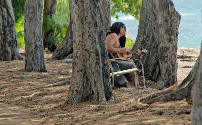 2011: Hawaii, ein Ukulele Spieler am Strand (typisches Instrument auf Hawaii)