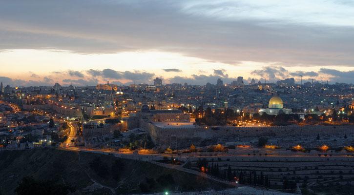 2014: Blick vom Ölberg auf das abendliche Jerusalem. Gut sichtbar der Tempelberg, der Gegenstand vieler Konflikte zwischen Muslimen, Christen und Juden ist