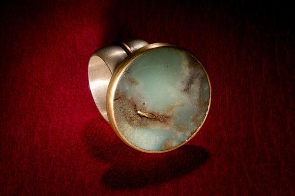 Ring von Urte Hauck, Chrysopras, Gelbgoild. Fotografiert von Bernd Euler
