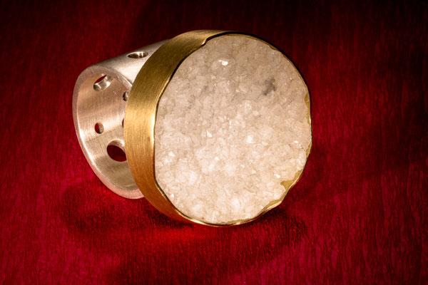 Ring von Urte Hauck, Bergkristall, Gebgold, Silber. Fotografiert von Bernd Euler