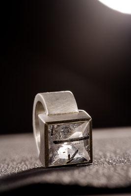 Ring von Urte Hauck, Epidot, Silber. Fotografiert von Bernd Euler