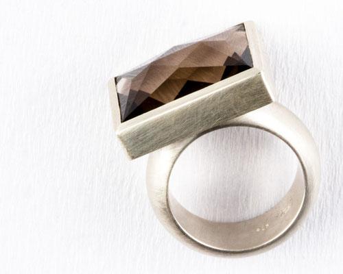 Ring von Urte Hauck, Rauchquarz, Silber. Fotografiert von Bernd Euler
