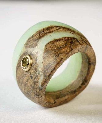 Ring von Urte Hauck, Chrysopras, gelber Brillant. Fotografiert von Bernd Euler