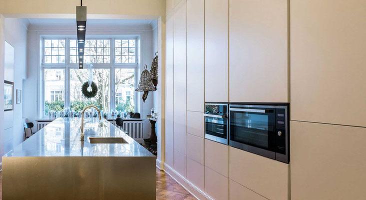 Küche mit Kochinsel aus Stahl von Olaf Reinecke, Hamburg. Fotografiert von Bernd Euler