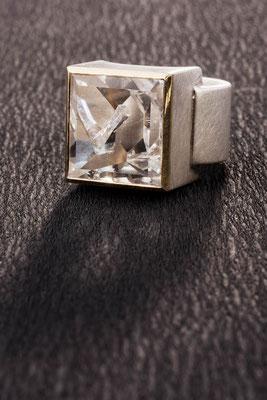 Ring von Urte Hauck, Positivquarz, Gelbgold, Silber. Fotografiert von Bernd Euler