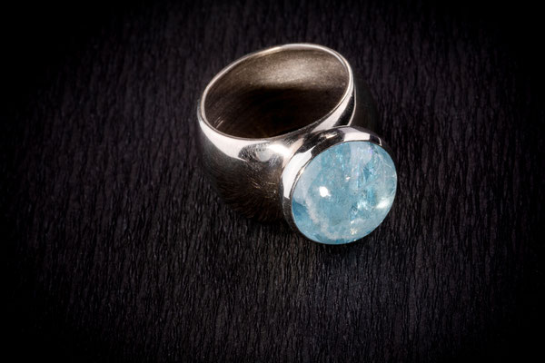 Ring von Urte Hauck. Aquamarin, Weißgold. Fotografiert von Bernd Euler
