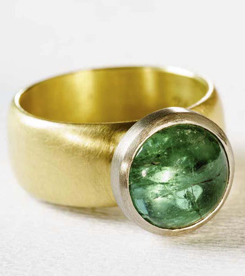Ring von Urte Hauck. Indigolith, Weiß- und Gelbgold. Fotografiert von Bernd Euler