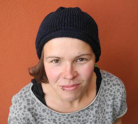 kleine Mütze für Sommer und Übergangszeit aus Synthetik; 25 €