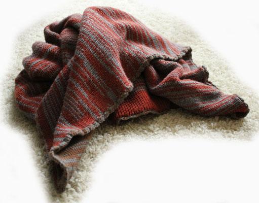 Babydecke aus Wolle mit Microfaser; etwa 80 x 85 cm, doppellagig gestrickt und von Hand umhäkelt > 75 €