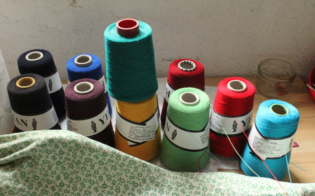 die Garnauswahl für dieses Kleid - es sind noch viel mehr Farben erhältlich (oberstes Garn ist kein Merino!)