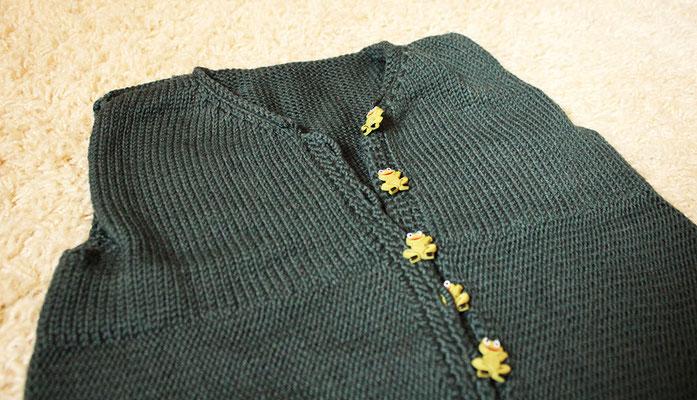 lange Knopfleiste zum bequemen An- & Ausziehen mit Zierknöpfen