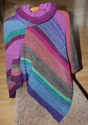 Poncho mit buntem Farbverlauf gestrickt von ritsch-ratsch