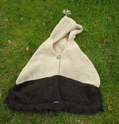 """Cape """"Rotkäppchen"""" aus ökologischer Wolle, mit Kapuze und einem Knopf vorne > 80 €"""