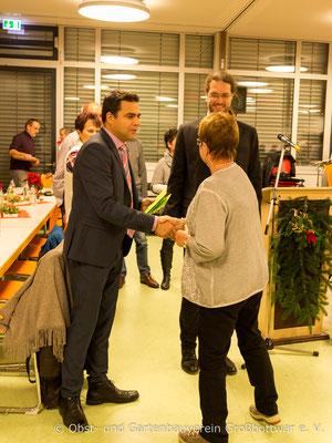 Bürgermeister Zimmermann und Vorstand Hartstang überreichen die Sonderpreise.