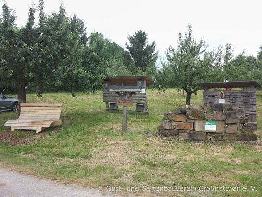 Insektenhotels und die Streuobstwiese des OGV.
