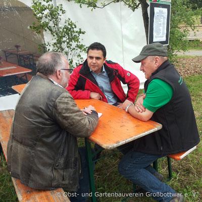 Vorstand Albert Schlipf im Gespräch mit Bürgermeister Ralf Zimmermann und einem Vertreter der Lokalpresse.