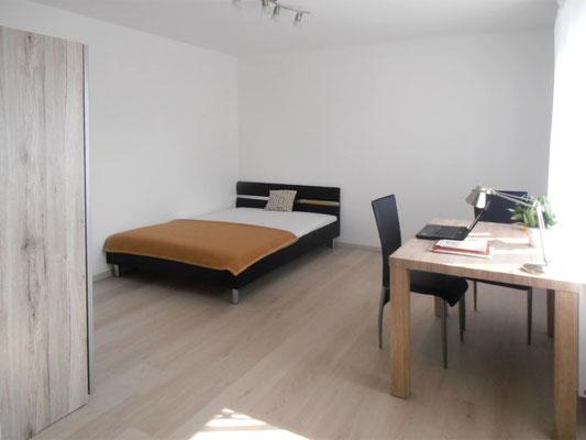 Haus 2: Die Zimmer, inkl. Küchenzeile, sind möbliert mit Bett, Tisch + 2 Sesseln und Kasten