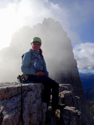 Denise Sigg auf dem Gipfel der kleine Zinne, 16 Uhr