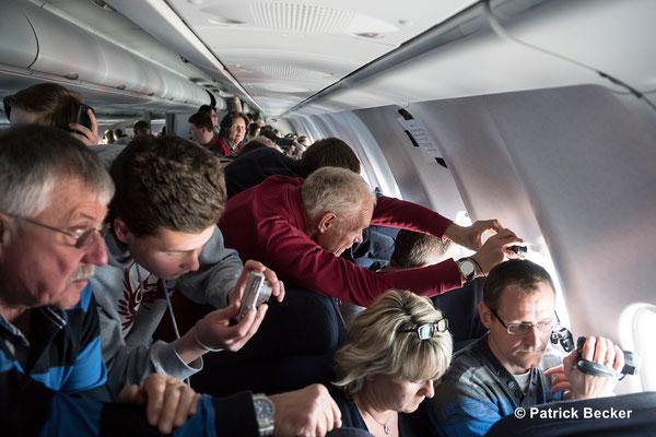 Fluggäste versuchen einen Blick auf die wunderbare Landschaft zu erhaschen