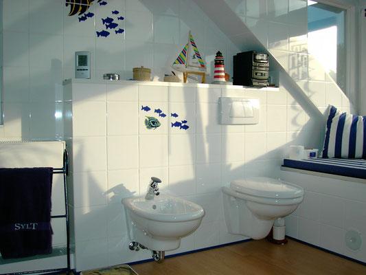 Vorwandinstallation mit Wand-WC und Wand-Bidet Villeroy&Boch Arriba, Grohe Taron Bidetarmatur, Geberit UP-Spülkasten mit 2-Mengen, BetätigungsplatteArtLine