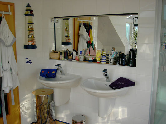zwei Villeroy & Boch Einzelwaschtische in 600mm,  Serie Arriba, mit Halbsäule und Grohe Waschtischarmaturen Grohe Taron, eingebauter großer Spiegel,