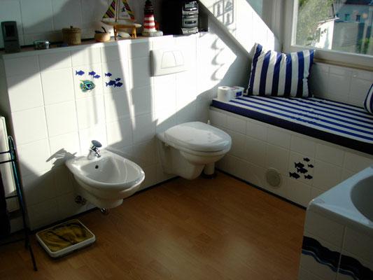 Vorwandinstalltion mit Wand-WC und Wand-Bidet von Villeroy&Boch, Seria Arriba, Grohe Taron Bidetarmatur, Geberit UP-Spülkasten mit 2-Mengen und Betätigungsplatte ArtLine