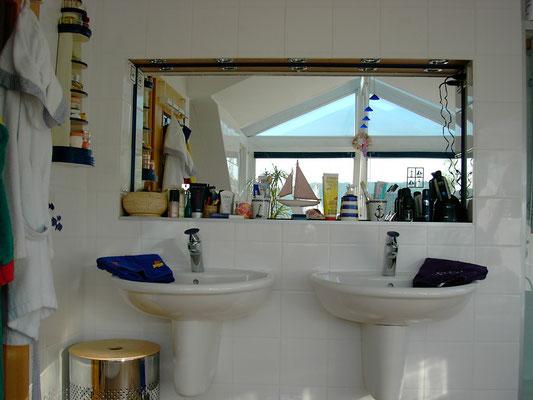 Villeroy&Boch Waschtischanlage, oberhalb des Spiegels 5 Einbau-LED-Strahler in chrom