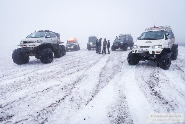 Mit dem Toyota-Umbau auf einen 6x6 Offroader (links im Bild) waren wir unterwegs