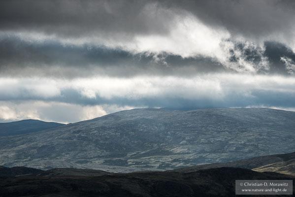 Wolken ziehen an einem stürmischen Morgen über die Hochebene