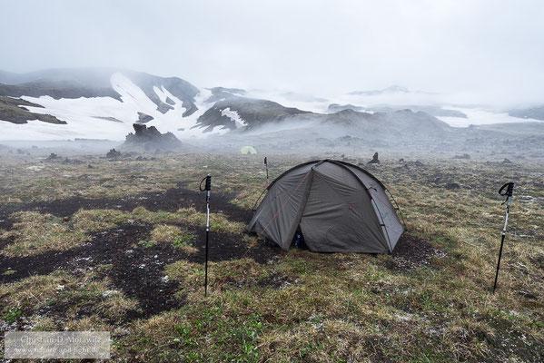 Zeltlager am Hang des Tolbatschik Vulkans bei Nebel und leichtem Regen