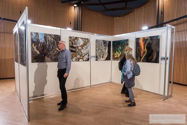 In einer der vielen Ausstellungen waren Bilder von Milan Radisics zu sehen