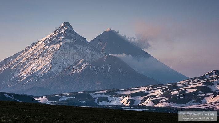 Die drei Vulkane Bezymianny (vorne), Kamen (links) und Kljutschewskoi (hinten)
