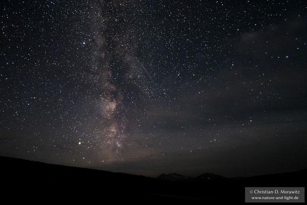 Der Nachthimmel ist sehr klar und die Milchstraße leuchtet hell