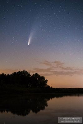 Komet Neowise über einem See