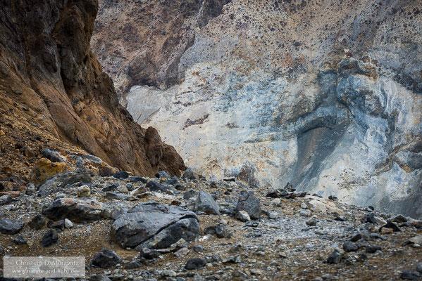 Buntes Gestein an der Kraterwand des Mutnovsky Vulkans