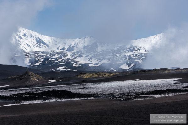 Reißen die Wolken auf, bietet sich ein atemberaubender Blick auf den Doppelvulkan mit seinen beiden Gipfeln Plosky Tolbatschik (3085 m) und Ostry Tolbatschik (3682 m)