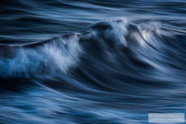 Wellen in der blauen Stunde