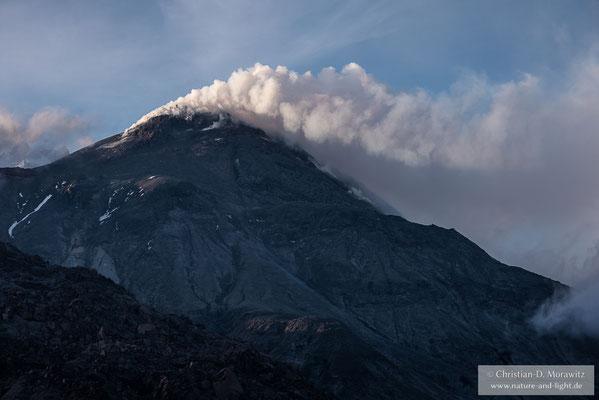 Der aktive Vulkan Bezymianny qualmt im Abendlicht
