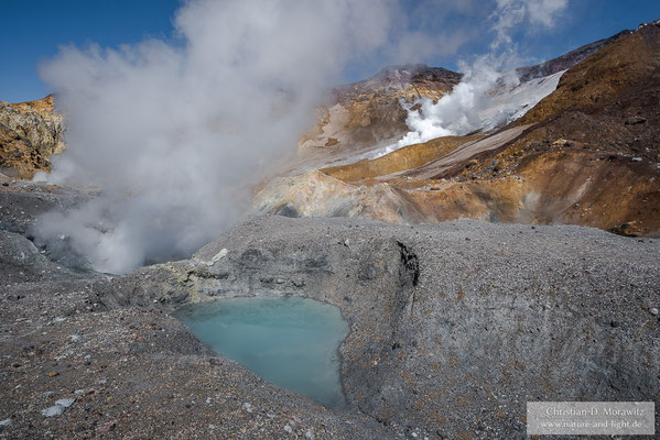 Türkisfarbener See im Krater des Mutnovsky Vulkans