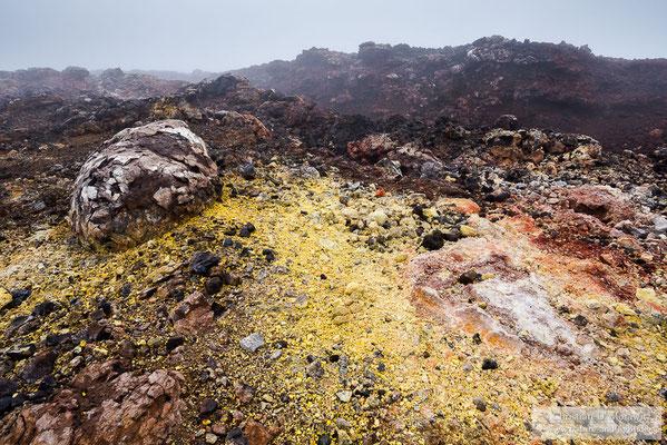 Am Kraterrand eines Schlackenkegels hat sich das Gestein durch heiße Gase in den unterschiedlichsten Farben gefärbt