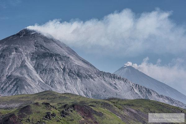 Die beiden aktiven Vulkane Bezymianny (links) und Kljutschevskaja (rechts hinten)