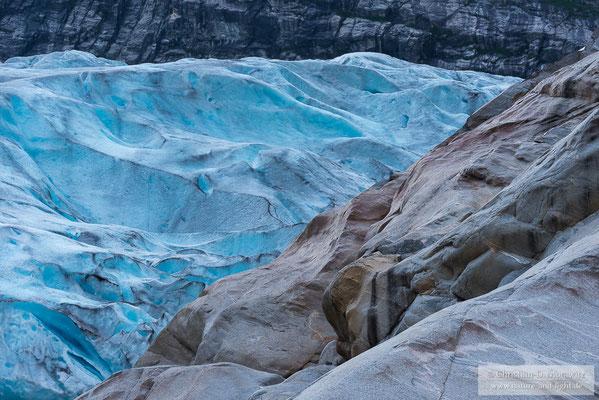 Blaues Gletschereis in der Abenddämmerung