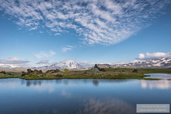 Zeltlager an einem See auf der Tundra