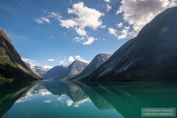 Viele Landstraßen führen durch malerische Täler mit Seen und entlang von Fjorden